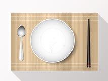 Leerer weißer Plattensatz mit Essstäbchen auf einer Bambusabdeckung Vektor Stockbilder