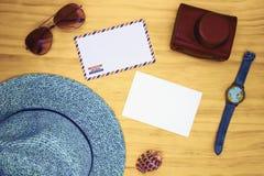 Leerer weißer Postkarten- und Luftpostumschlag auf Holztisch Draufsicht der Reisekarte Sommerreisehippie-Ebenenlage stockfotos