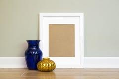 Leerer weißer Rahmen-Hintergrund - vertikales Porträt Lizenzfreie Stockbilder