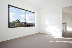 Leerer weißer Raum lizenzfreie stockbilder