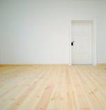 Leerer weißer Raum mit Tür Lizenzfreies Stockfoto