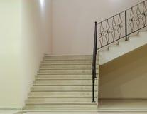 Leerer weißer Raum mit Treppen lizenzfreie abbildung