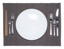 Leerer weißer Teller, Gabel, Löffel, Messer und Essstäbchen Lizenzfreies Stockfoto