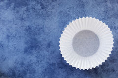 Leerer weißer Kasten des kleinen Kuchens über blauem Hintergrund Stockfotos