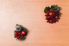 Leerer Weihnachtsabendshintergrund, -blume, -apfel und -kirschen Stockfotografie