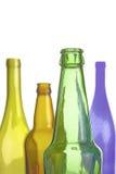 Leerer Wein und Bierflaschen lokalisiert auf Weiß Stockfoto