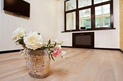Leerer Wohnzimmerinnenraum in der modernen Art stockbild