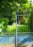 Leeres altes Haus, verschlossenes Tor Stockfotografie