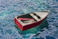 Leeres altes rotes Boot auf dem Meer, Erforschungskonzept, reisendes Konzept Lizenzfreies Stockfoto