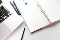 Leeres Anmerkungsbuch mit Bleistiftstift und Laptop auf weißem Tabelle concep Stockfotos