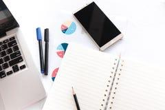 Leeres Anmerkungsbuch mit dem Bleistiftstift Laptop- und Smartphonekonzept Stockfotografie
