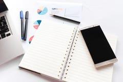 Leeres Anmerkungsbuch mit dem Bleistiftstift Laptop- und Smartphonekonzept Lizenzfreies Stockbild