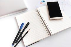 Leeres Anmerkungsbuch mit dem Bleistiftstift Laptop- und Smartphonekonzept Lizenzfreie Stockbilder