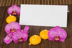 Leeres Anmerkungspapier mit Badekurortblumen und -kerzen Stockbilder