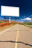 Leeres Anschlagtafel-Zeichen auf leerer Wüsten-Landstraße Stockbilder
