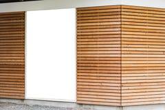 Leeres Anzeigen-Plakat-hölzernes modernes Design-Planken-Café Exte stockfotos