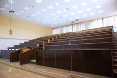 Leeres Auditorium gefüllt mit Sonnenlicht lizenzfreies stockfoto