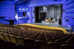 Leeres Auditorium und Stadium im Theater Wiederholung des Spiels Künstler auf Stadium lizenzfreies stockbild
