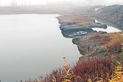 Leeres aufblasbares Boot auf der Flussbank stockfoto