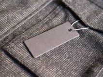 Leeres Aufkleber-Preismodell auf braunem Mantel Stockbild