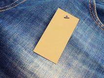 Leeres Aufklebertagmodell auf Jeans Stockbild