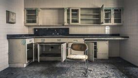 Leeres Büro in einem verlassenen Krankenhaus lizenzfreies stockbild