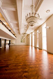 Leeres Ballsaal mit hölzernem Fußboden Lizenzfreies Stockfoto
