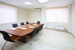 Leeres BeleuchtungsKonferenzzimmer mit langer Tabelle Stockfoto