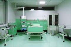 Leeres Bett in einem Krankenhauszimmer Stockbild