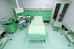 Leeres Bett in einem Krankenhauszimmer Lizenzfreies Stockfoto