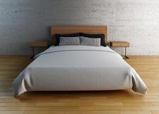 Leeres Bett mit Kissen und Blättern Stockfoto