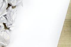 Leeres Blatt A4 in der Mitte und zerknitterten in den Entwurfsblättern Lizenzfreies Stockbild