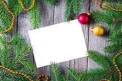 Leeres leeres Blatt des Papiers für Ihren Text- und Weihnachtstannenbaum auf hölzernem Hintergrund, Draufsicht Abstraktes Hinterg Stockfotos