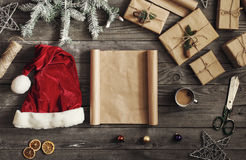 Leeres Blatt Papier auf Holztisch mit Weihnachtsgeschenken Lizenzfreie Stockfotografie