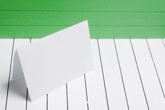Leeres Blatt Papier gegen ein Hintergrundweißholz Stockbild