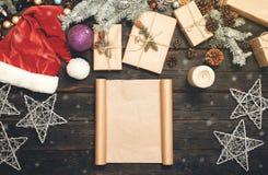Leeres Blatt Papier mit Weihnachtsartikeln Stockfotos