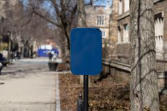 Leeres blaues Zeichen auf Bahn lizenzfreie stockfotos