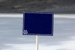 Leeres blaues Zeichen auf den Ski-Steigungen lizenzfreies stockfoto