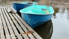 Leeres Boot auf dem Wasser stock footage