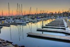 Leeres Boot gleitet im Hafen Stockfotografie