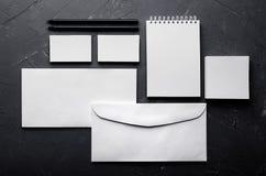 Leeres Briefpapier auf eleganter dunkelgrauer konkreter Beschaffenheit Mehr stellt in mein Portefeuille ein Verspotten Sie oben f lizenzfreies stockfoto