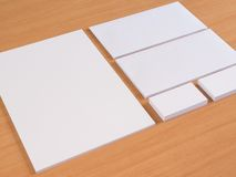 Leeres Briefpapier eingestellt auf hölzernen Hintergrund Stockfotografie
