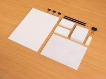 Leeres Briefpapier eingestellt auf hölzernen Hintergrund Stockfotos