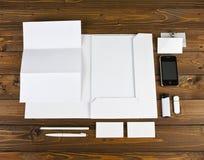 Leeres Briefpapier eingestellt auf hölzernen Hintergrund Identifikations-Schablone Stockfotos
