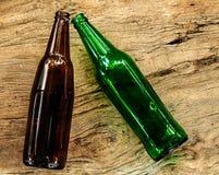 Leeres Brown und grüne Bierflaschen Lizenzfreie Stockfotografie