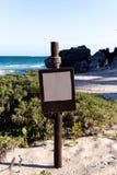 Leeres Brown-Zeichen an einem Strand-Portrait lizenzfreie stockbilder