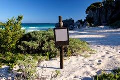 Leeres Brown-Zeichen an einer Strand-Landschaft stockbilder