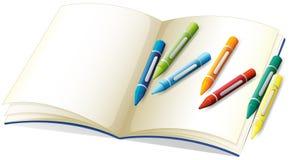 Leeres Buch und viele Zeichenstifte lizenzfreie abbildung