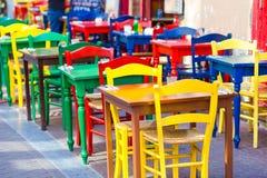 Leeres Café des Sommers im Freien an der touristischen europäischen Stadt Lizenzfreie Stockbilder