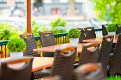 Leeres Café des Sommers im Freien an der touristischen europäischen Stadt Stockfotografie